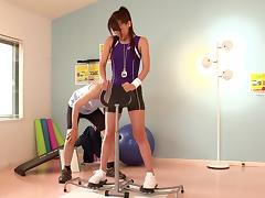 Sporty Japanese slut Ria Horisaki gives hand to a guy in a gym