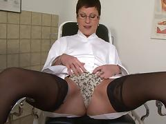Mature doctor in pantyhose showing how to dildo a pussy